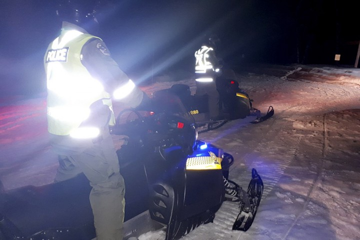 Mobil Salju Jatuh ke Air Beku, 1 Orang Tewas, 5 Hilang