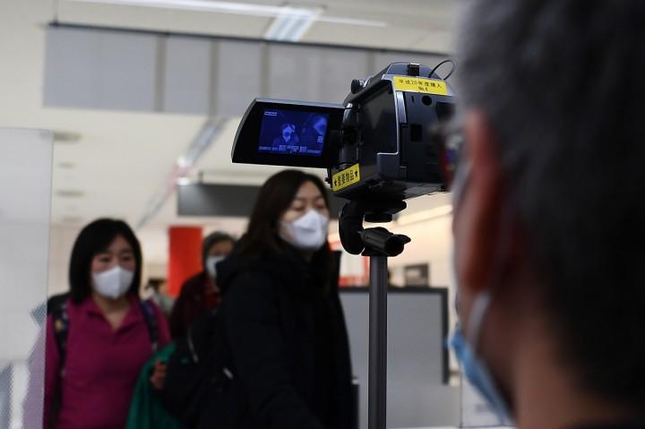 Penumpang dari Wuhan Jalani Pemeriksaan Kesehatan di Narita