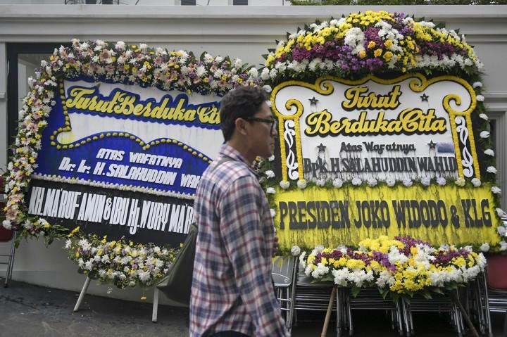 Karangan Bunga Penuhi Kediaman Gus Sholah