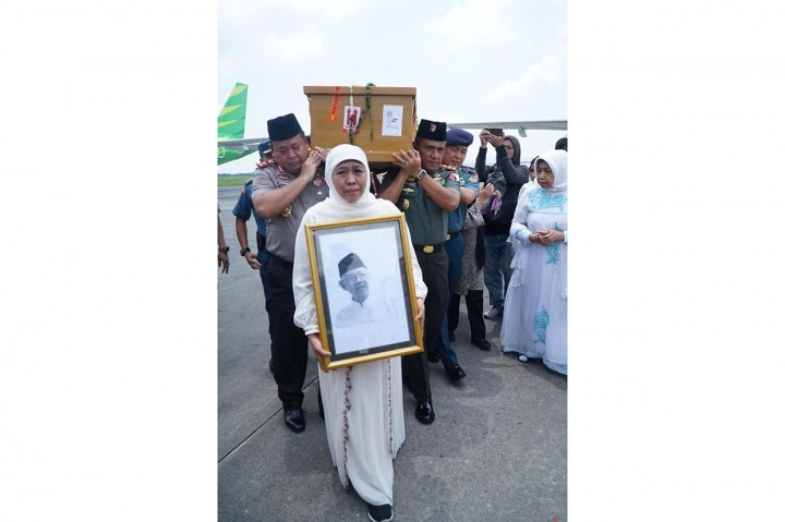 Tangis Khofifah saat Sambut Jenazah Gus Sholah di Bandara Juanda