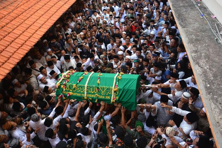 Ribuan Orang Iringi Pemakaman Gus Sholah