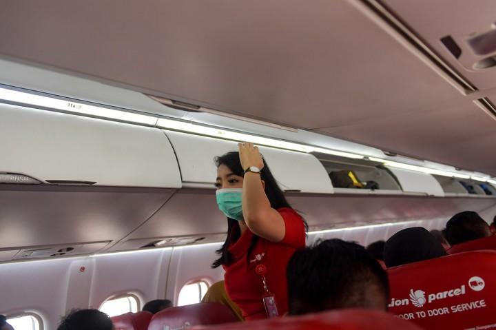 Cegah Virus Korona, Penumpang di Bandara Sadjad Diberi Masker