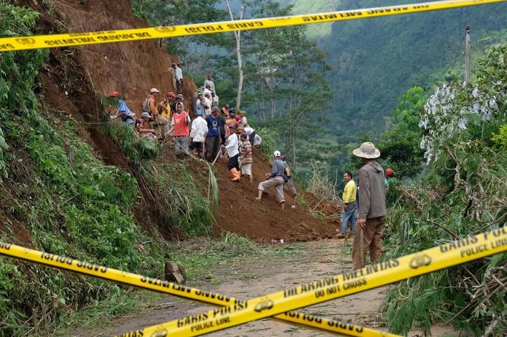 Warga dan TNI Bersihkan Timbunan Longsor Gunung Prau