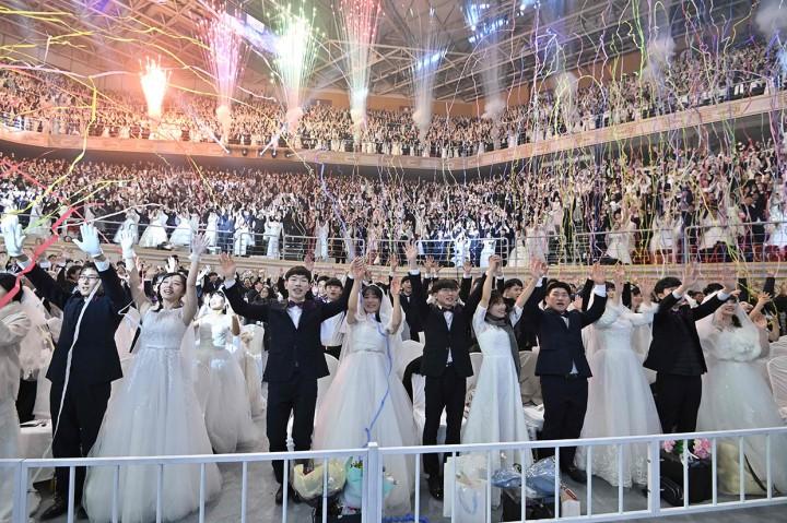 Ribuan Pasangan Nikah Massal Kenakan Masker