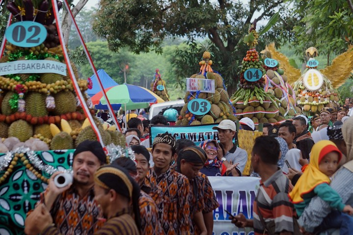Keseruan Festival Durian Lolong di Pekalongan