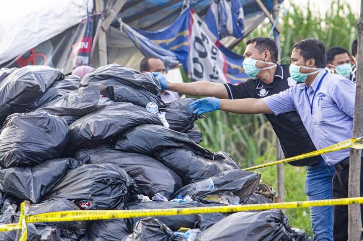 Limbah Medis Menumpuk di Dekat Sawah Karawang