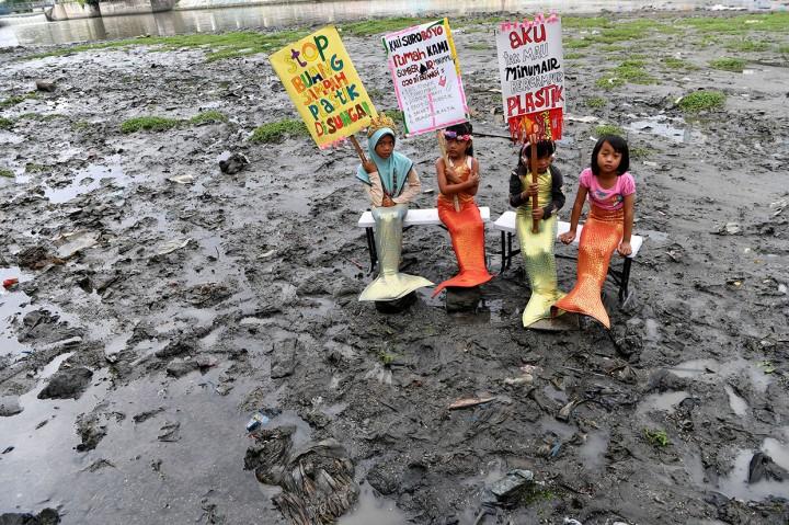 Saat Putri Duyung Ajak Warga Tak Buang Sampah Plastik ke Sungai