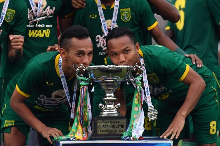 Selebrasi Pemain Persebaya Saat Jadi Juara Piala Gubernur Jatim