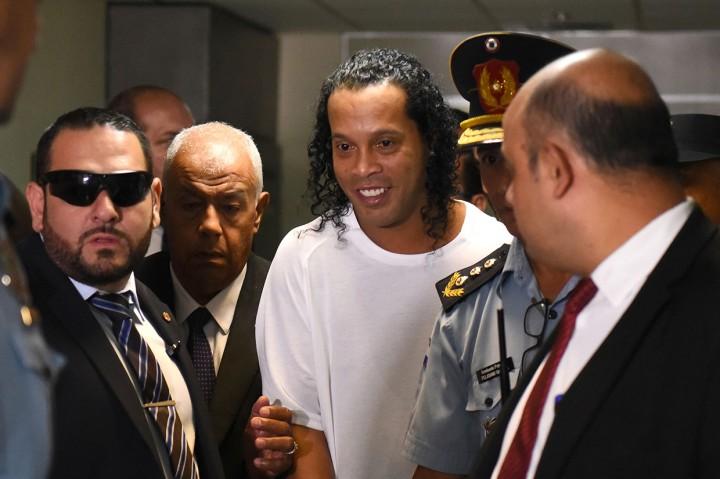 Masuk ke Paraguay dengan Paspor Palsu, Ronaldinho Ditangkap