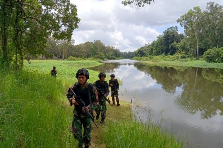 Prajurit Yonif Mekanis Raider 411 Kostrad Patroli Keamanan di
