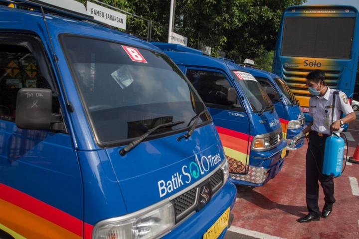 Antisipasi Covid-19, Angkutan Umum di Padang Disemprot