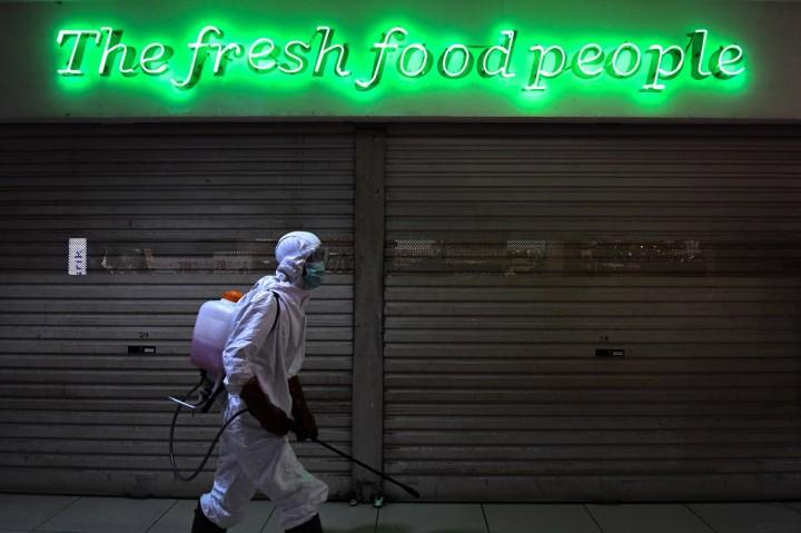 Penyemprotan Disinfektan di Pusat Perbelanjaan Sarinah