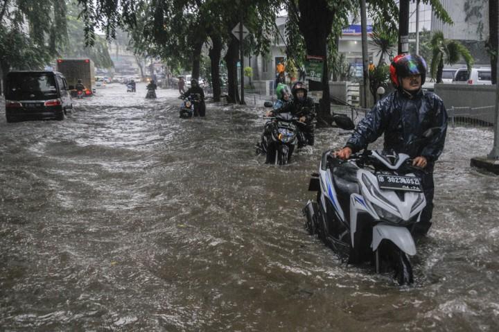 Banjir Genangi Jalan Ir Juanda Bekasi
