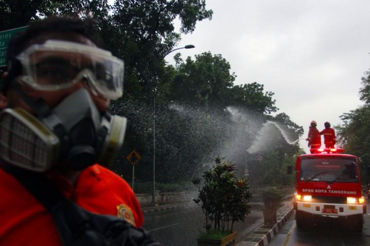 Jalan Raya Daan Mogot Disemprot Disinfektan