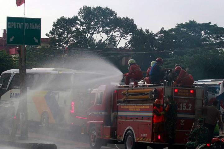 Penyemprotan Disinfektan di Ruas Jalan Ibu Kota