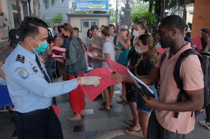 Ratusan WNA di Bali Antre Perpanjangan Visa