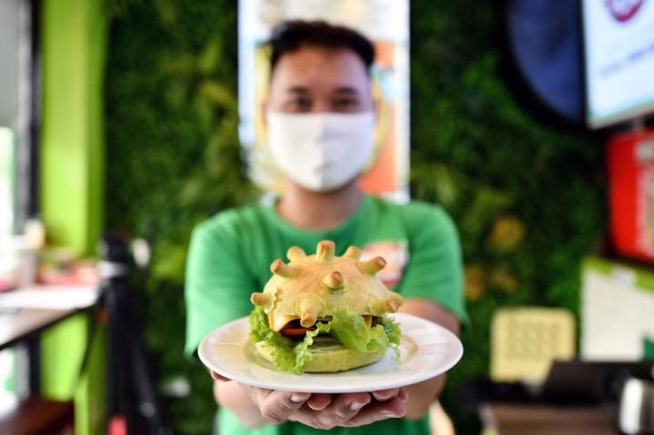 Koki Hanoi Sebarkan Kebahagiaan Lewat 'Coronaburger'