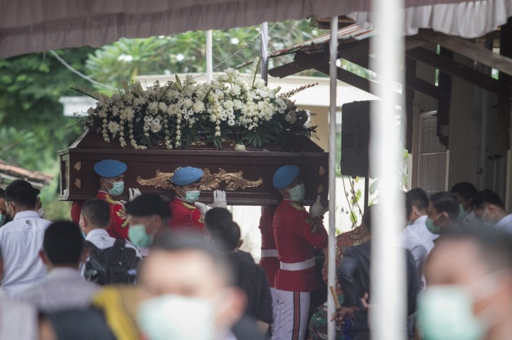 Ibunda Jokowi Dimakamkan di Samping Suaminya