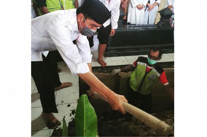 Jokowi Ikut Menguburkan Jenazah Ibunda
