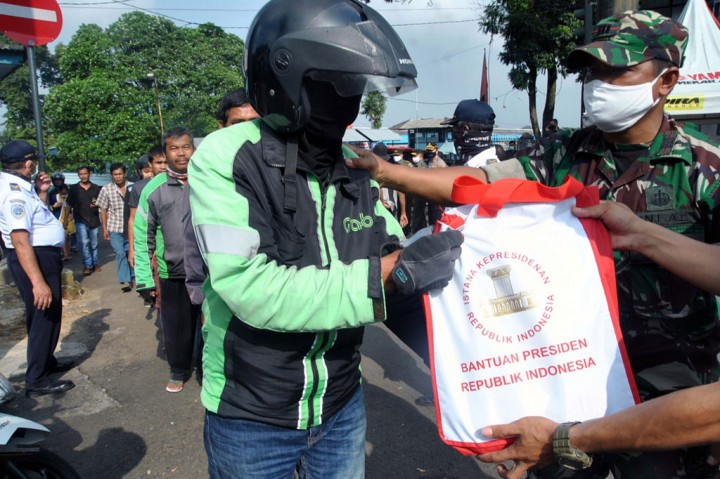 Paket Sembako Presiden Dibagikan ke Warga Bogor
