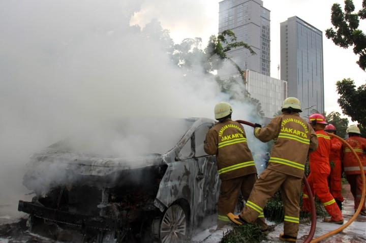 Mobil Mewah Terbakar di Pondok Indah Jaksel