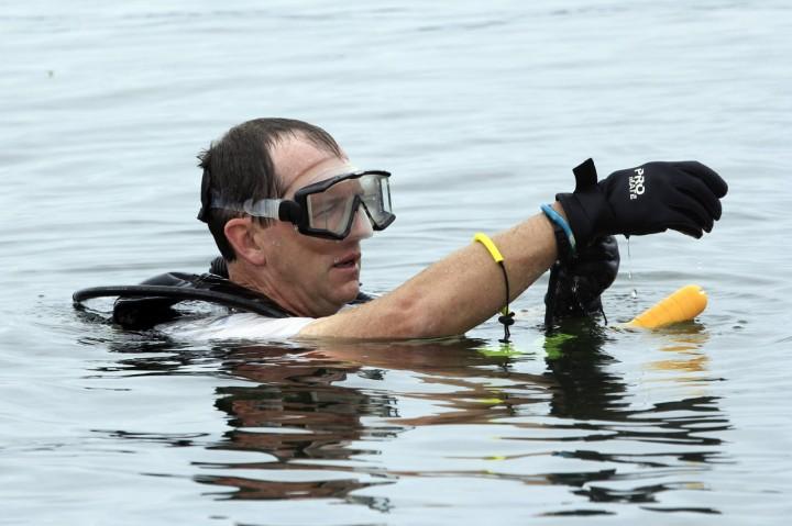 Proses Pencarian Kotak Hitam Pesawat Jatuh di Danau Sentani