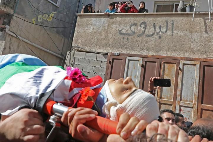 Pemuda Palestina yang Ditembak Mati Tentara Israel Dimakamkan