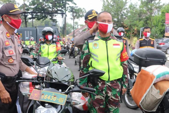 TNI-Polri Distribusikan Beras untuk Ratusan Warga Tasikmalaya