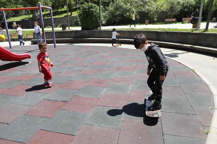 Usai 40 Hari di Rumah, Anak-anak Turki Diizinkan Bermain di Luar