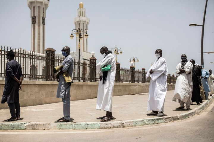 Warga Senegal Kembali Salat di Masjid Setelah Pembatasan