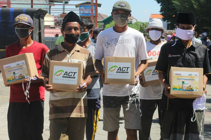 Yayasan Manarul Ilmi ITS Bagikan Paket Ramadan untuk Nelayan