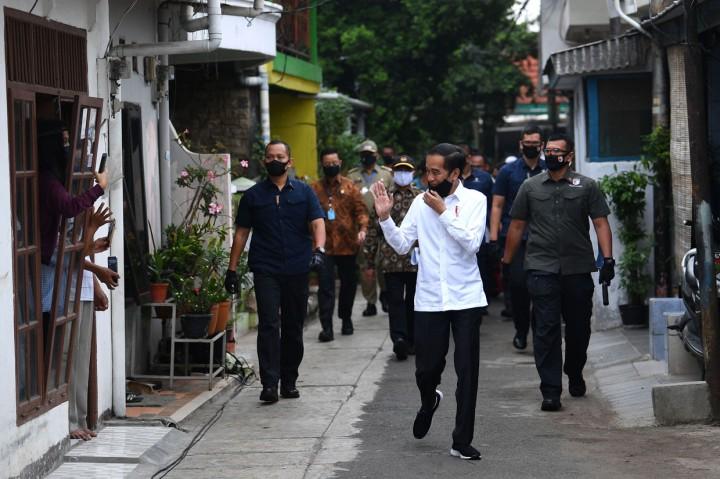 Jokowi Tinjau Distribusi Paket Sembako Tahap 3 di Jakpus