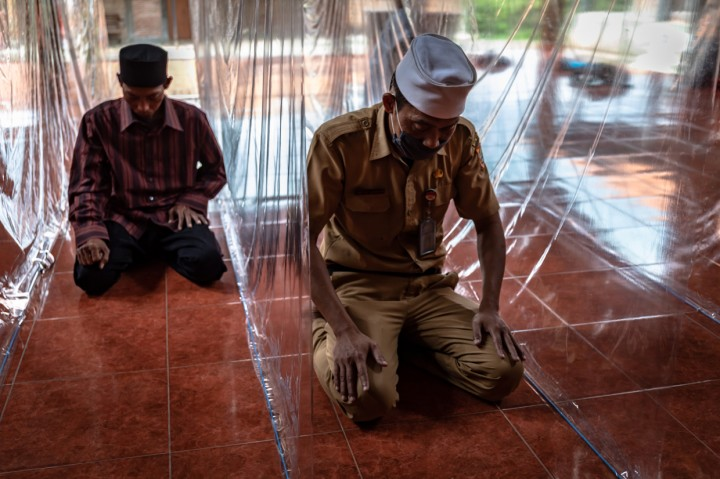 Masjid Ini Gunakan Sekat Plastik pada Saf Salat
