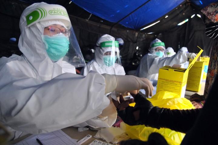 Ratusan Warga di Pasar Anyar Jalani Rapid Test