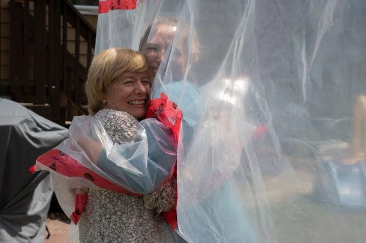 Sarung Tangan Pelukan di Tengah Pandemi
