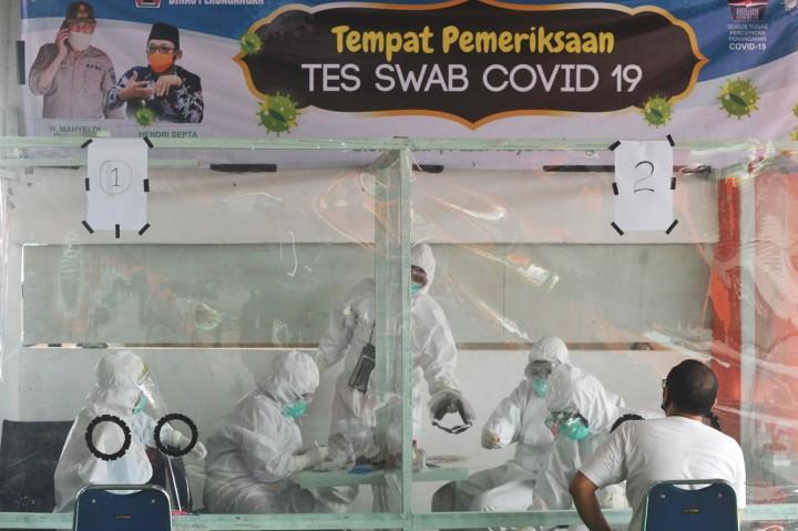 Pedagang Pasar Raya Padang Jalani Tes Swab