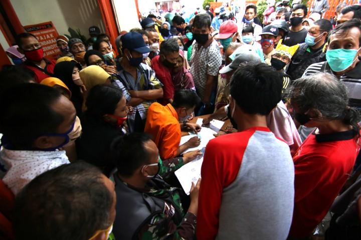 Warga Berdesakan Antre BST di Banyuwangi