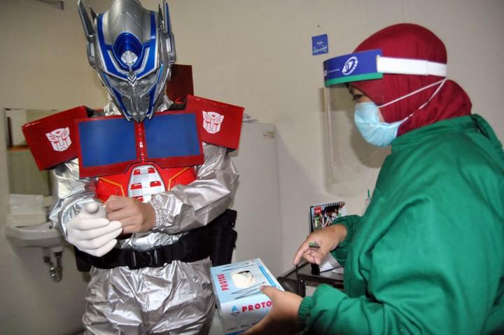 Dokter Sebuah RS di Bogor Pakai APD Superhero