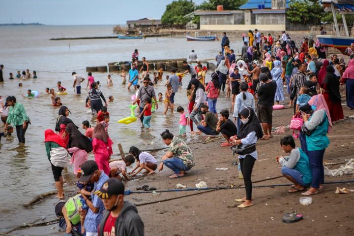 PSBB, Pantai Tanjung Pasir Dipadati Wisatawan