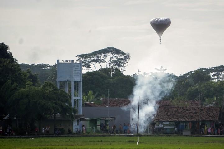 Meski Dilarang, Warga Tetap Nekat Terbangkan Balon Udata