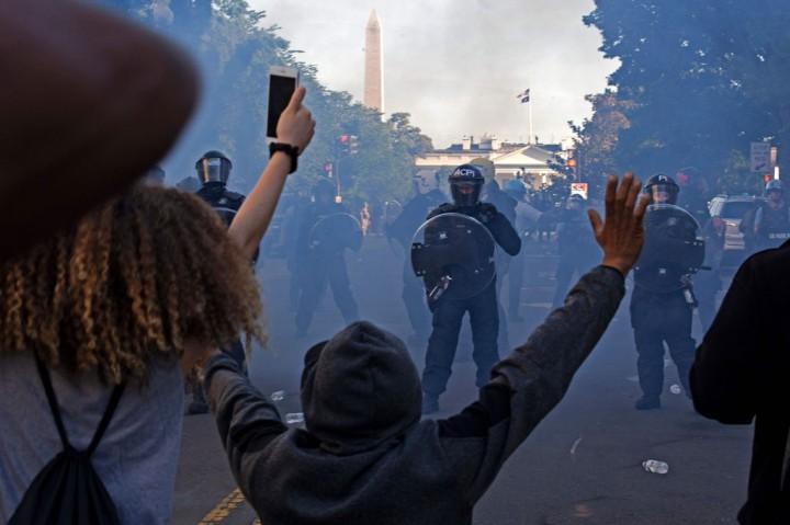 Polisi Tembakkan Gas Air Mata dan Peluru Karet ke Demonstran di