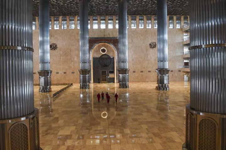 Masjid Istiqlal Disemprot Disinfektan