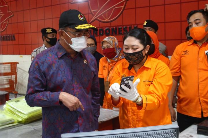 Menko PMK Pantau Pembagian BST di Malang