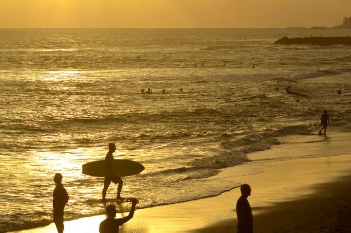 Meski Ditutup, Wisatawan Tetap Kunjungi Pantai Canggu Bali