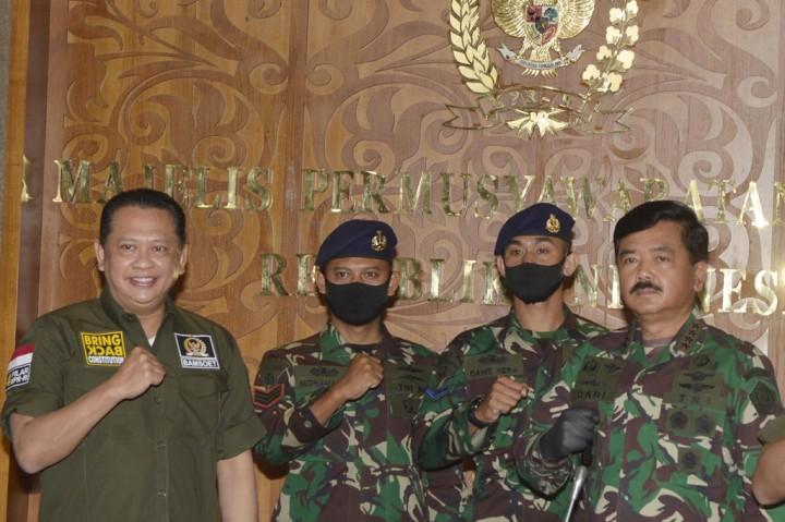 MPR Beri Penghargaan kepada Dua Prajurit TNI Baik Hati