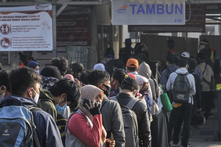 Antrean Penumpang KRL Terjadi di Stasiun Tambun