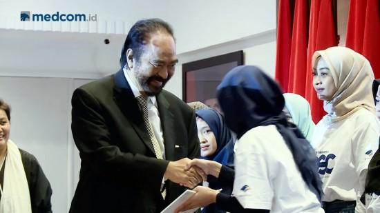 Surya Paloh Berikan Dana Pendidikan Kepada 30 Mahasiswa Pemenang OSC