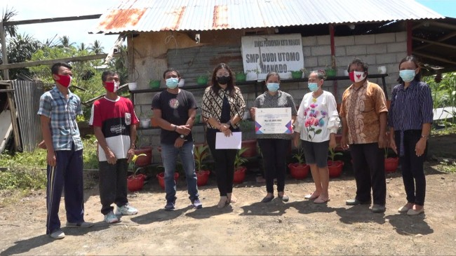 SEBAF dan UKWMS Salurkan Donasi untuk Sekolah Terdampak Longsor Di Manado
