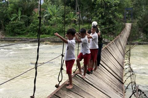 Demi Sekolah, Puluhan Siswa SD Rela Menantang Maut