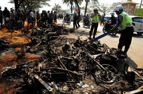 9 Motor Polisi di Sigi Dibakar Massa